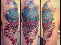 Татуировка воздушный шар на плече