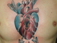 Тату сердца, пронзитого стрелами между грудьми