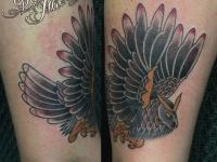 Татуировка летящей совы на руке