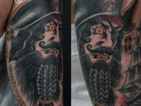 Татуировка одноглазого пирата на верхней части руки