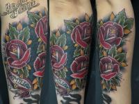 Татуировка букет роз на руке