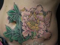 Татуировка цветка на весь живот