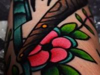 Татуировка бритва на цветке