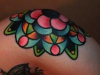Татуировка цветок на колене