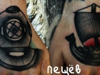 Татуировка водолаз и кораблик на кистях рук