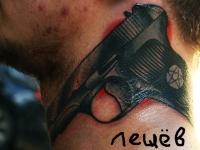 Татуировка пистолет на шее