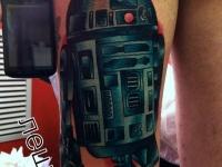 Татуировка робот на бедре