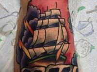 Татуировка парусник на стопе