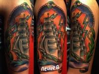 Татуировка парусник на плече