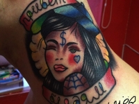 Татуировка голова девушки на шее