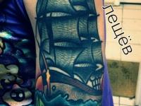 Татуировка бригантина на плече