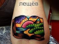 Татуировка открытая книга на предплечье