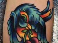 Татуировка птичка с вишней