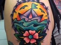 Татуировка бумажный кораблик на плече