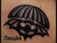 Татуировка парашют и летучая мышь