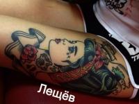 Татуировка голова девушки на бедре