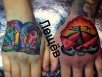 Татуировка книга и кораблик на кистях рук