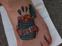 Татуировка банка с бобами на ступне