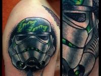 Татуировка шлем на плече