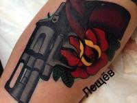 Татуировка пистолет и роза