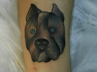 Татуировка голова собаки на локте
