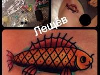 Татуировка рыба на бедре