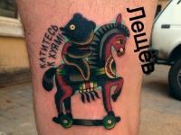 Татуировка мишка на лошади на бедре