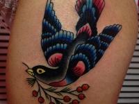 Татуировка птица с веткой на бедре