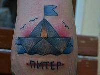 Татуировка бумажный кораблик на локте