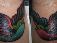 Татуировка птичка на запястье