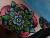 Татуировка цветок на голени