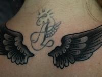 Татуировка крылья на шее