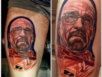 Татуировка мужчины в очках на руке