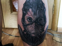 Татуировка красивой девушки в доспехах на руке