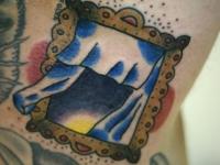 Татуировка открытого окошка со шторками на плече