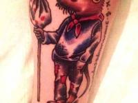 Татуировка мышонка путешественника на плече