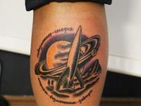 Татуировка в виде солнечной системы и ракеты на руке