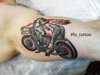 Татуировка девушки на мотоцикле на руке