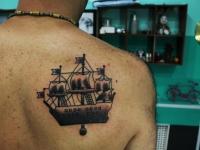 Татуировка корабля на лопатке
