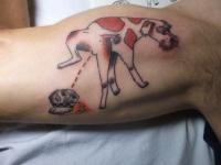 Татуировка писающей собаки на плече