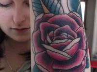 Татуировка красивой розы на наружной стороне предплечья