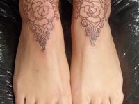 Татуировка узор с розами на голеностопе