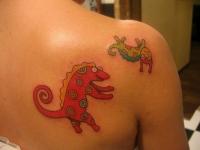 Татуировка игуаны на лопатке