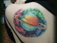 Татуировка Сатурн на лопатке