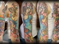 Татуировка девушка и сладости на руке