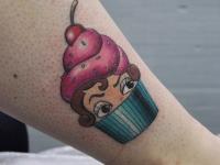 Татуировка пироженка на голени