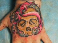 Татуировка череп на кисти