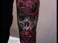 Татуировка череп с розами на предплечье
