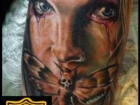 Татуировка лицо и мотылек
