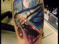 Татуировка луна и флакон на голени